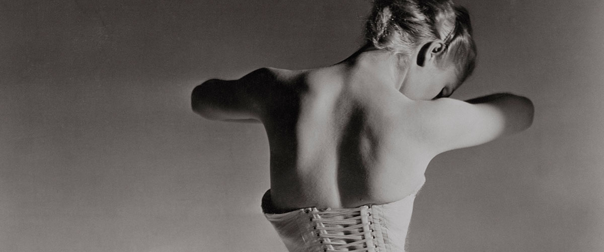 Model from behind in bodice
